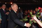 Елбасы Нурсултан Назарбаев подарил цветы участницам сессии АНК
