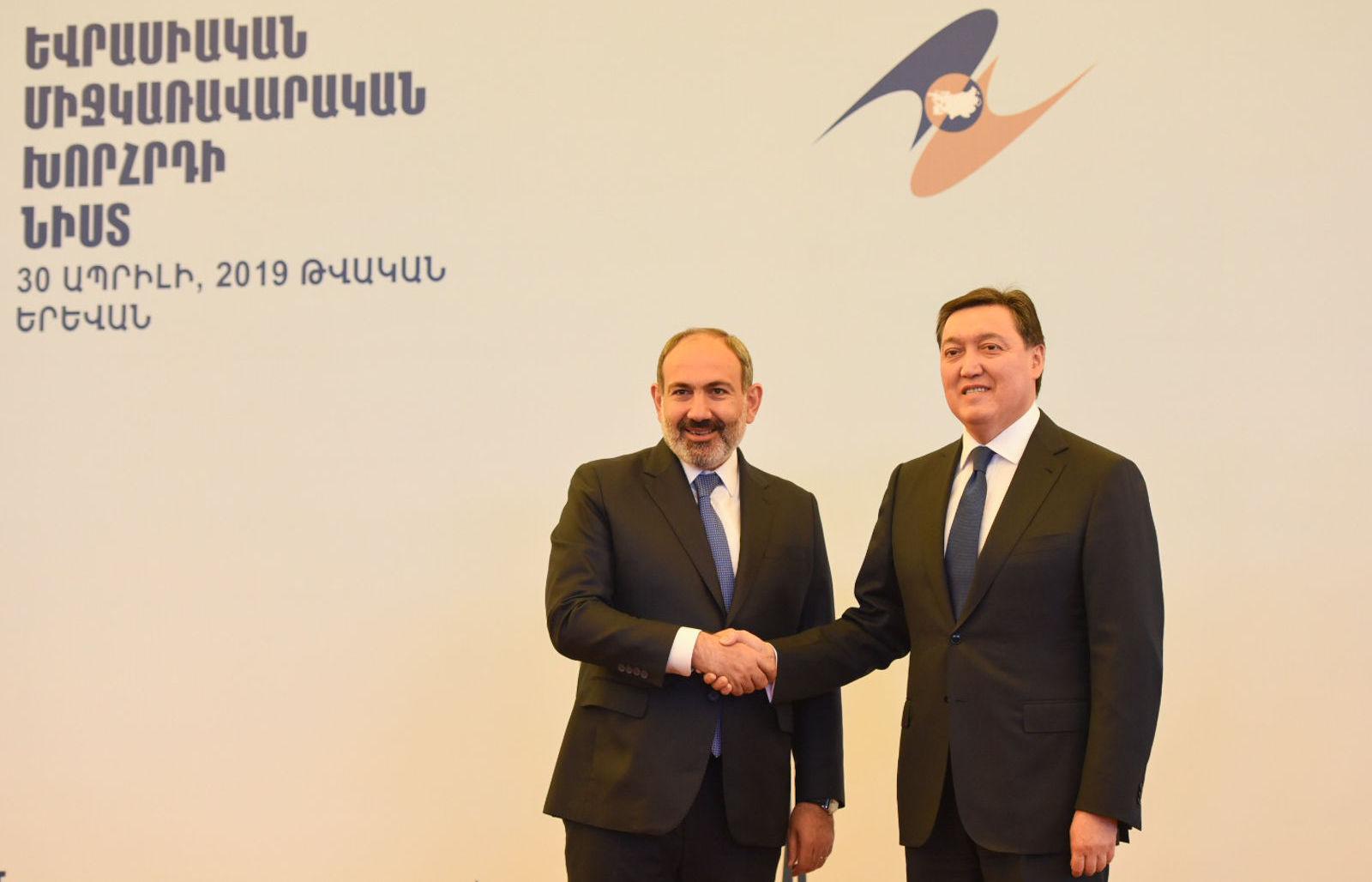 Премьер-министр Армении Никол Пашинян и премьер-министр Казахстана Аскар Мамин в кулуарах заседания Межправсовета ЕАЭС