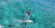 Кайтсерфер катается по морю, кишащему акулами - видео