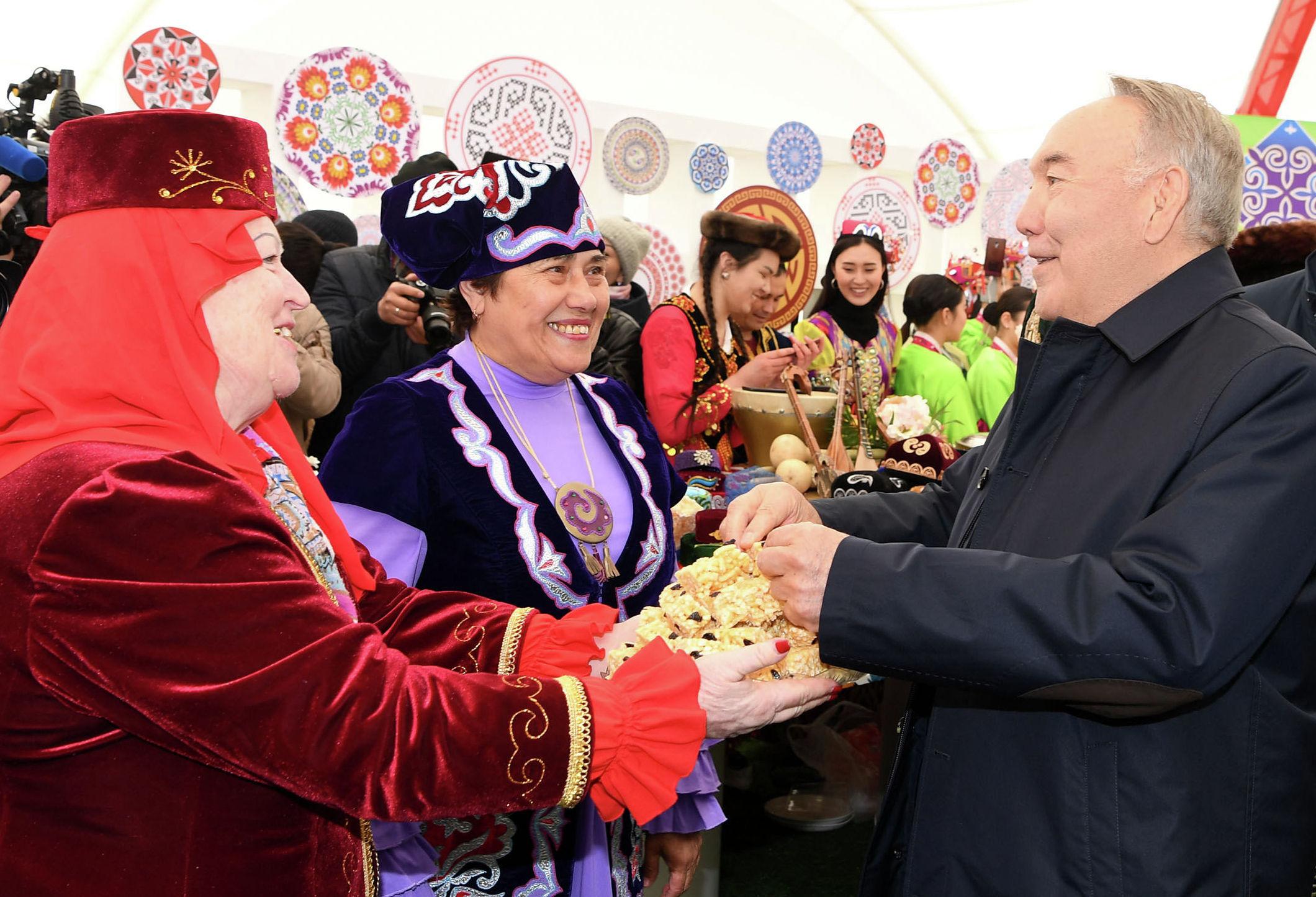 Елбасы Нурсултан Назарбаев посетил народные гуляния по случаю празднования Дня единства народа Казахстана
