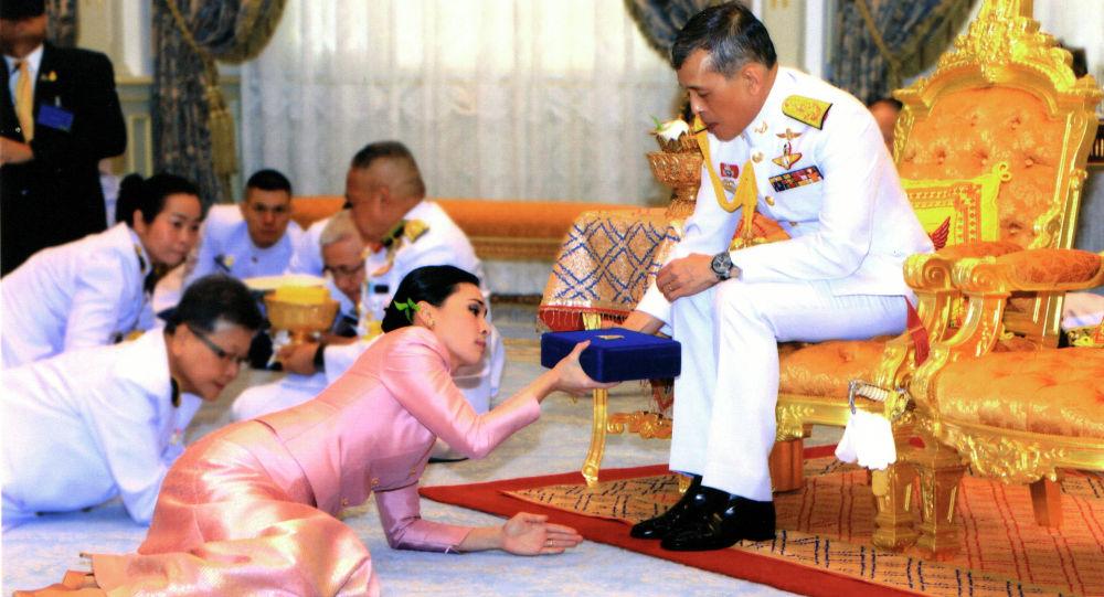 Таиланд патшасы Маха Ватчиралонгкон (Рама Х) мен Суттхида Ватчиралонгкон