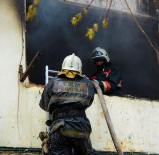 Пожарные тушат возгорание в общежитие, архивное фото