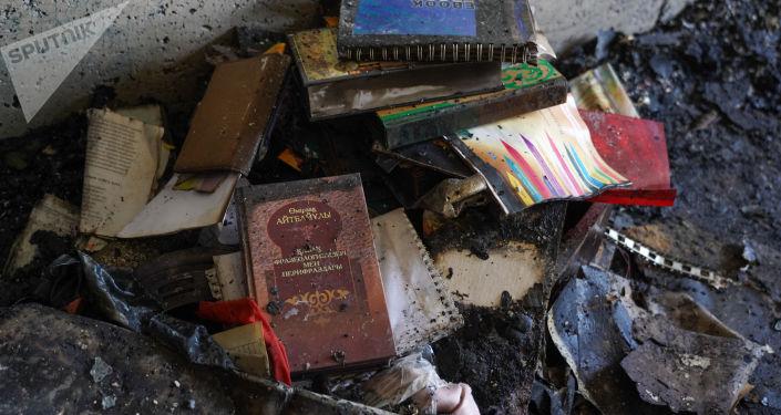 Өрт болған жерде жанған кітаптар