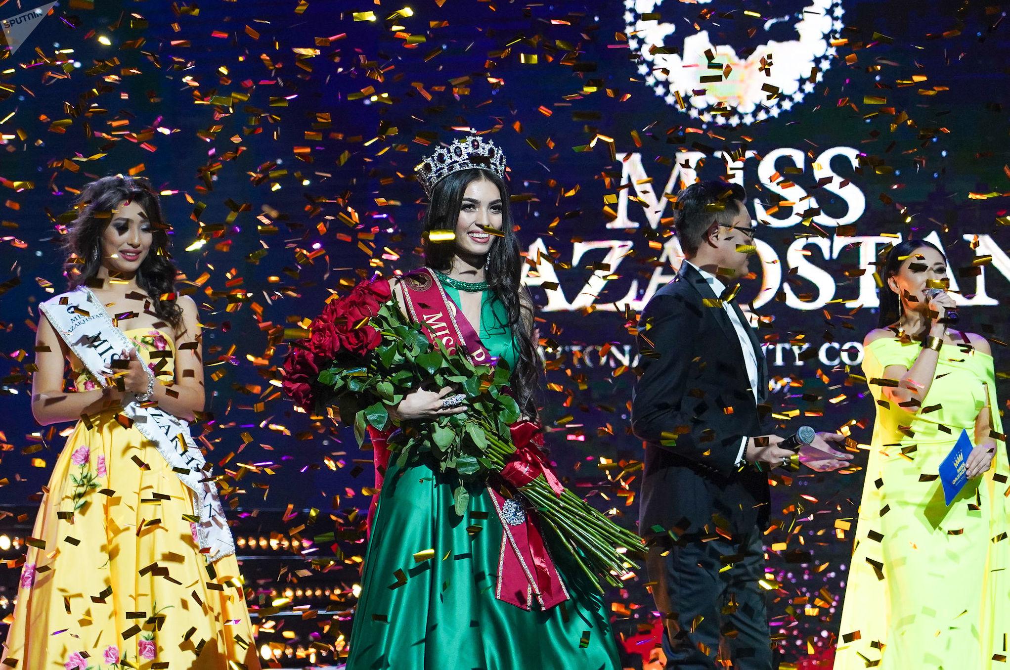 Победительница конкурса красоты Мисс Казахстан-2019 Мадина Батык (в центре)
