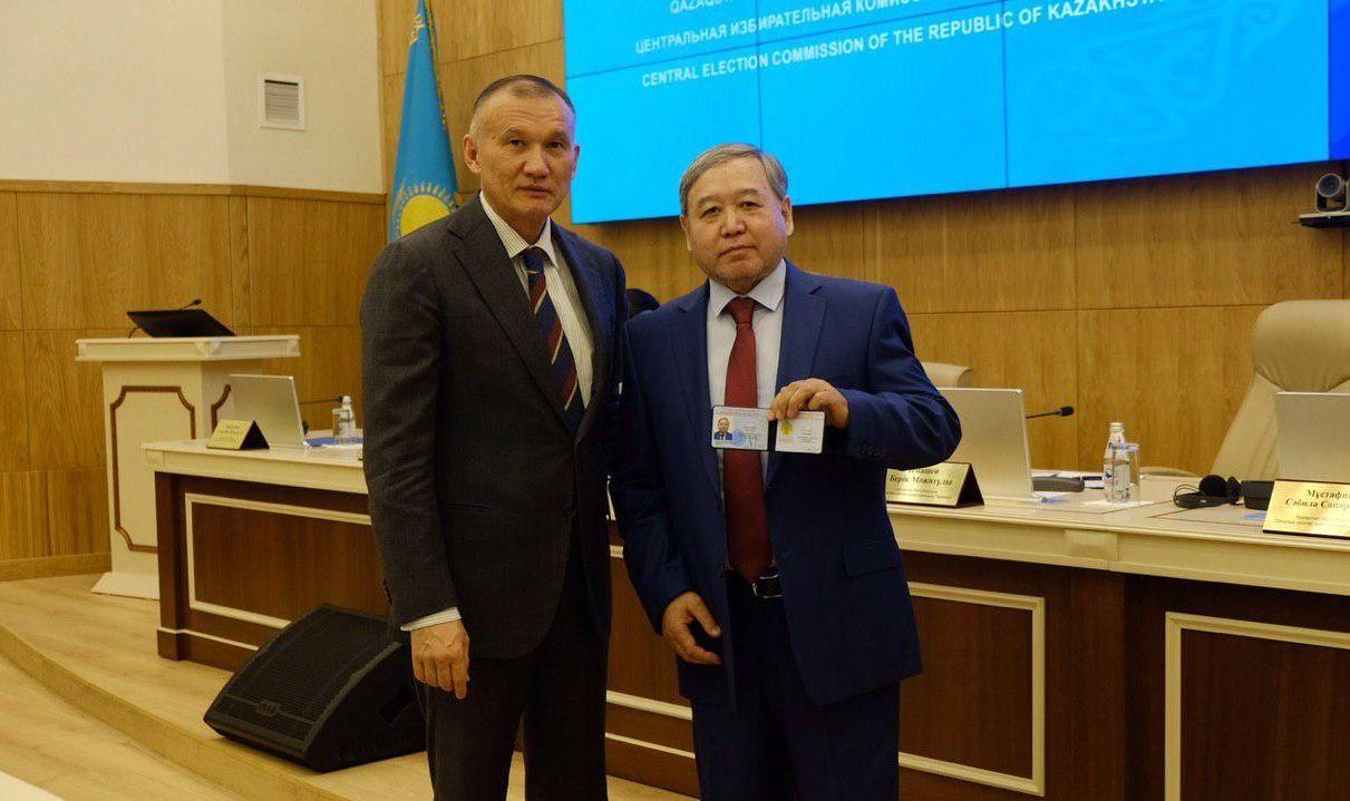 ЦИК зарегистрировал Садыбека Тугела (справа) в качестве кандидата в президенты