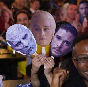 Фанаты Игры престолов держат маски героев сериала в ожидании премьеры в кинозале, архивное фото