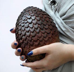 Актриса держит в руках яйцо дракона из сериала Игры престолов,архивное фото
