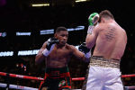 Канело Альварес и Даниэль Джейкобс во время боксерского поединка на чемпионате мира WBC / WBA / IBF в среднем весе