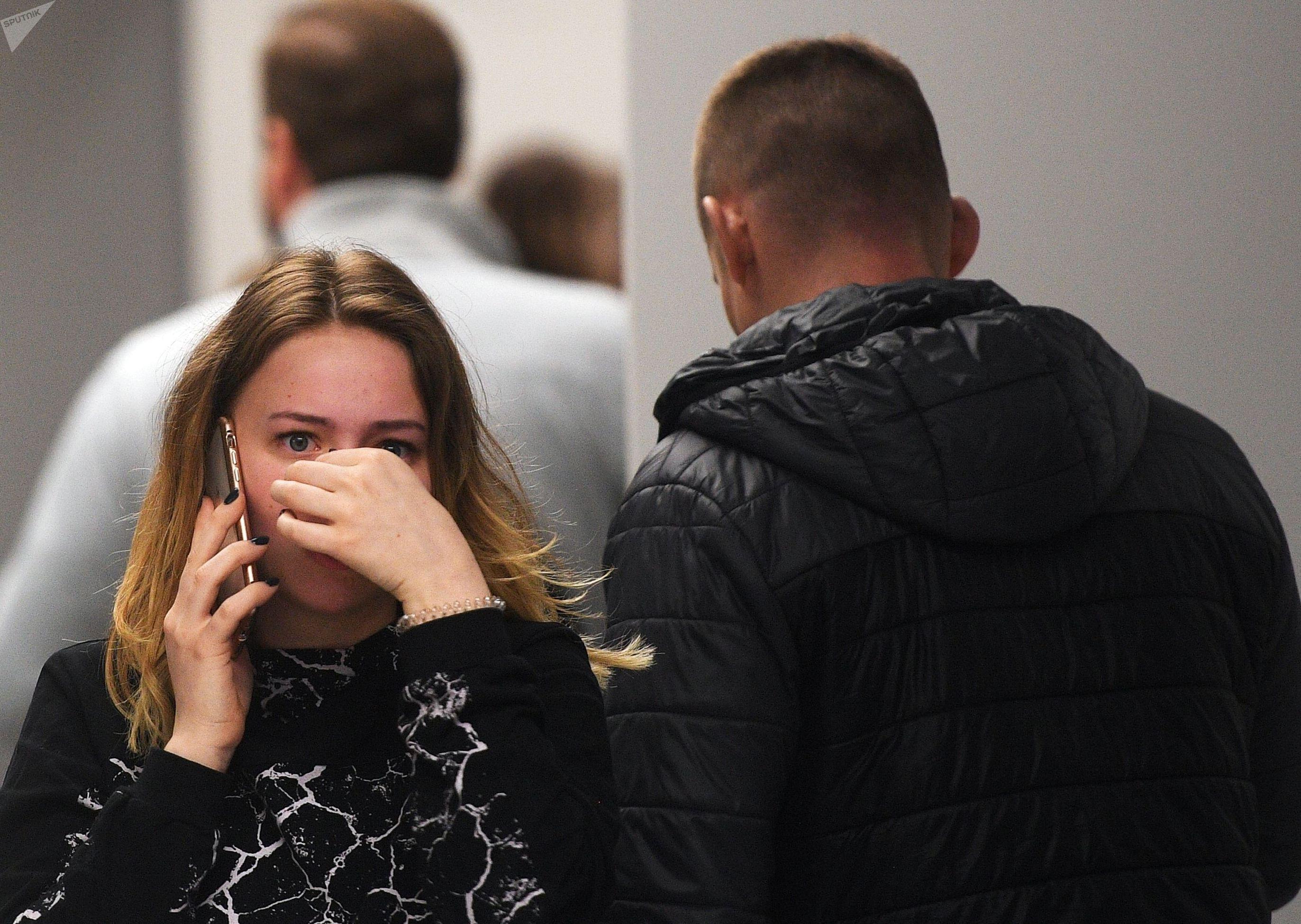 Люди возле комнаты психологической помощи, организованной для родственников и пассажиров самолета авиакомпании Аэрофлот Superjet 100