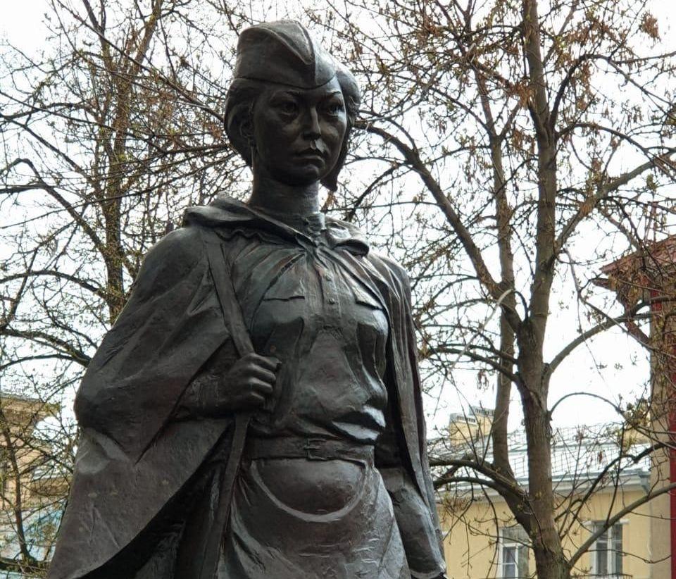 Памятник Алие Молдагуловой открыт в Санкт-Петербурге