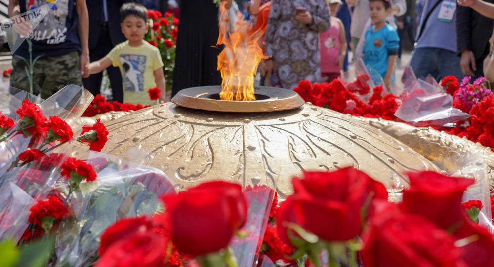 Вечный огонь у монумента Отан қорғаушылар