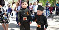 Юные жители Байконыра примерили наряды в стиле милитари