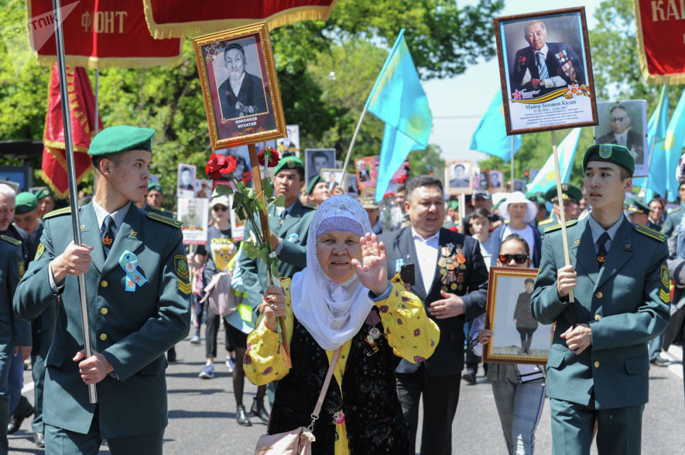 Участники шествия Бессмертный полк в Алматы