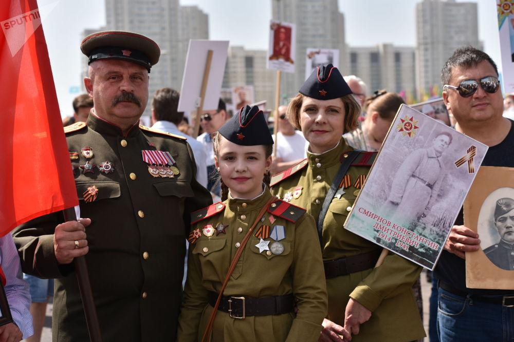 Участники шествия Бессмертный полк в Нур-Султане