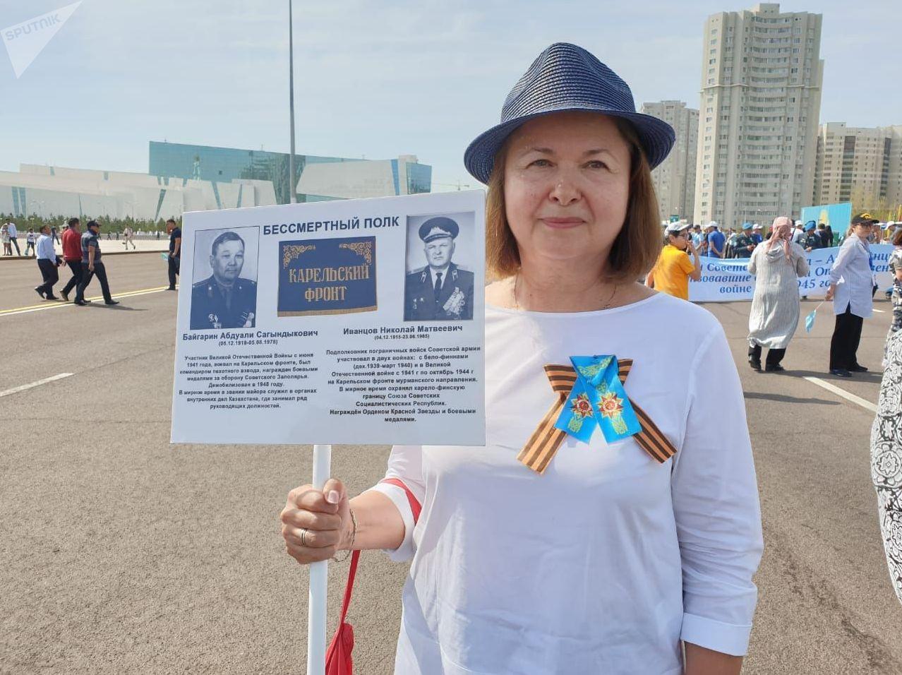Участница акции Бессмертный полк Елена Байгарина с портретами отца и свекра