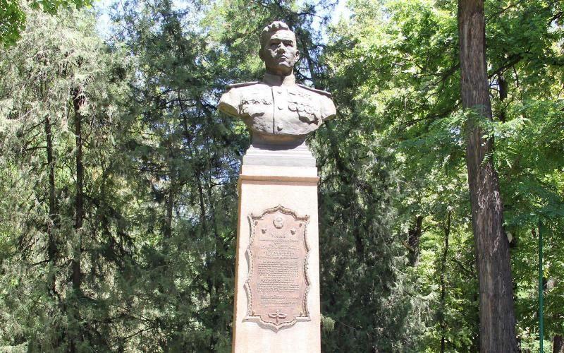 Памятник Талгату Бегельдинову в Бишкеке