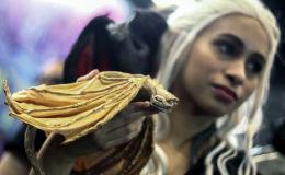 Участница фестиваля Comic Con в образе героини сериала Игра престолов Дейенерис Таргариен