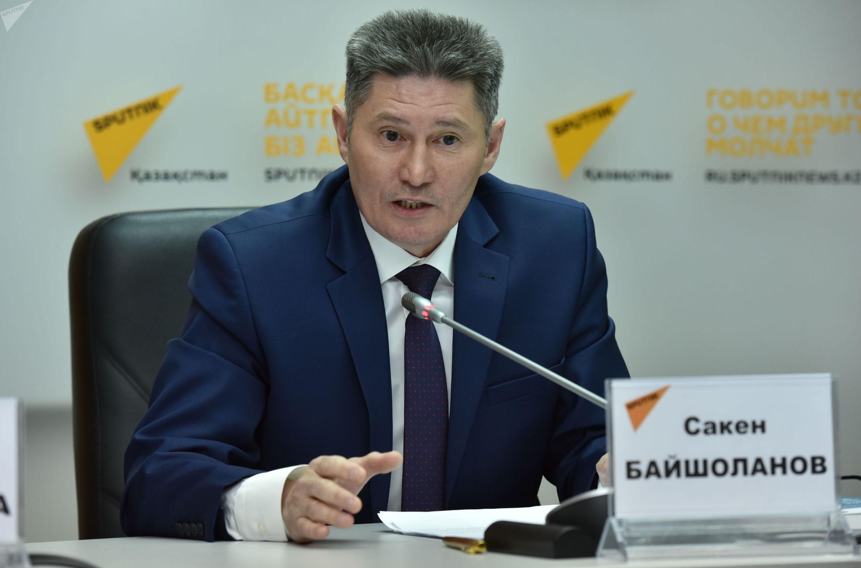 Сакен Байшоланов во время телемоста в пресс-центре Sputnik Казахстан