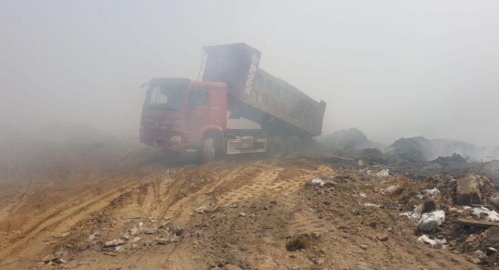 Пожар на мусорном полигоне близ Алматы