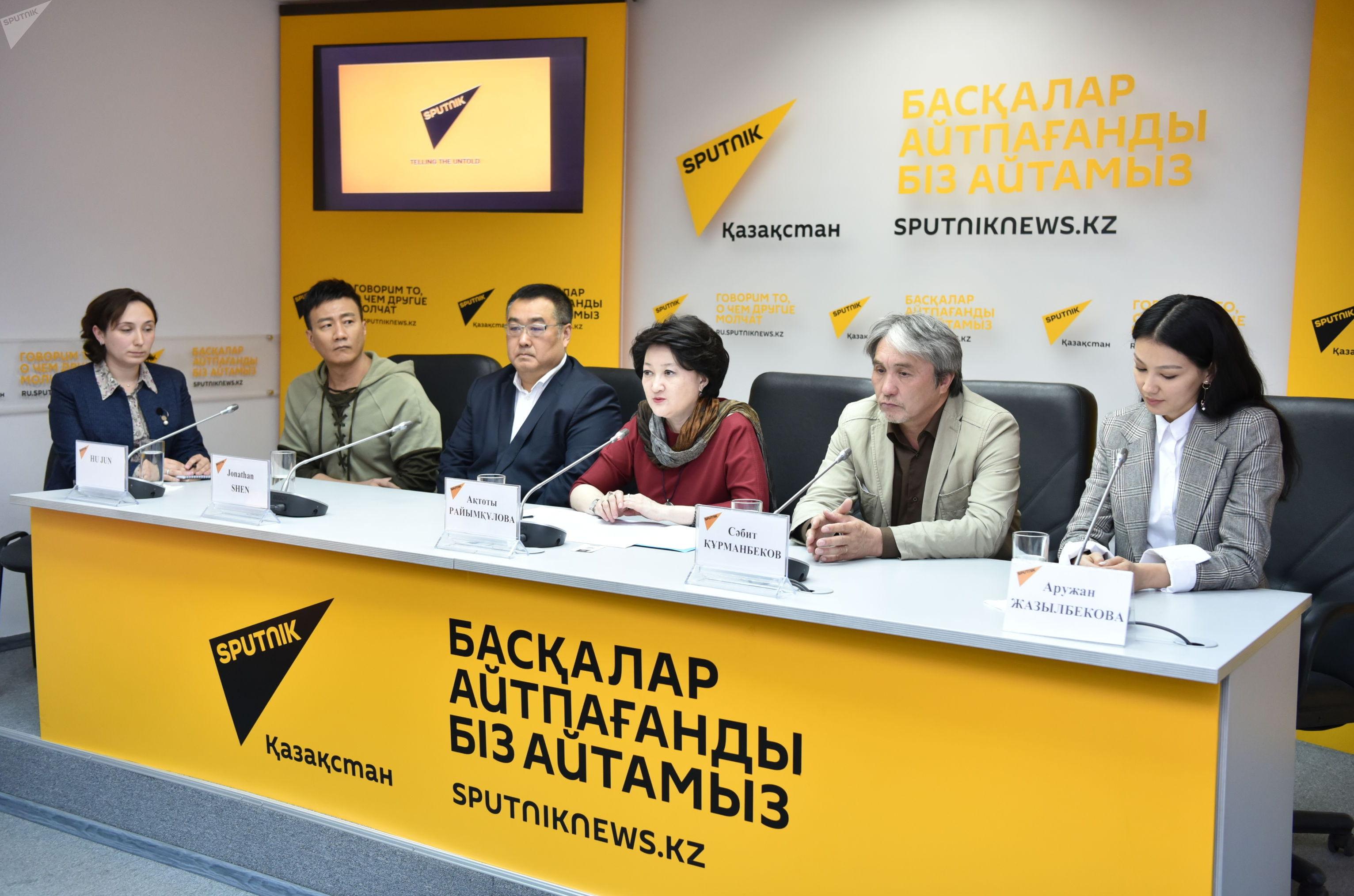 Участники пресс-конференции, посвященной премьере фильма Композитор, в мультимедийном пресс-центре Sputnik Казахстан
