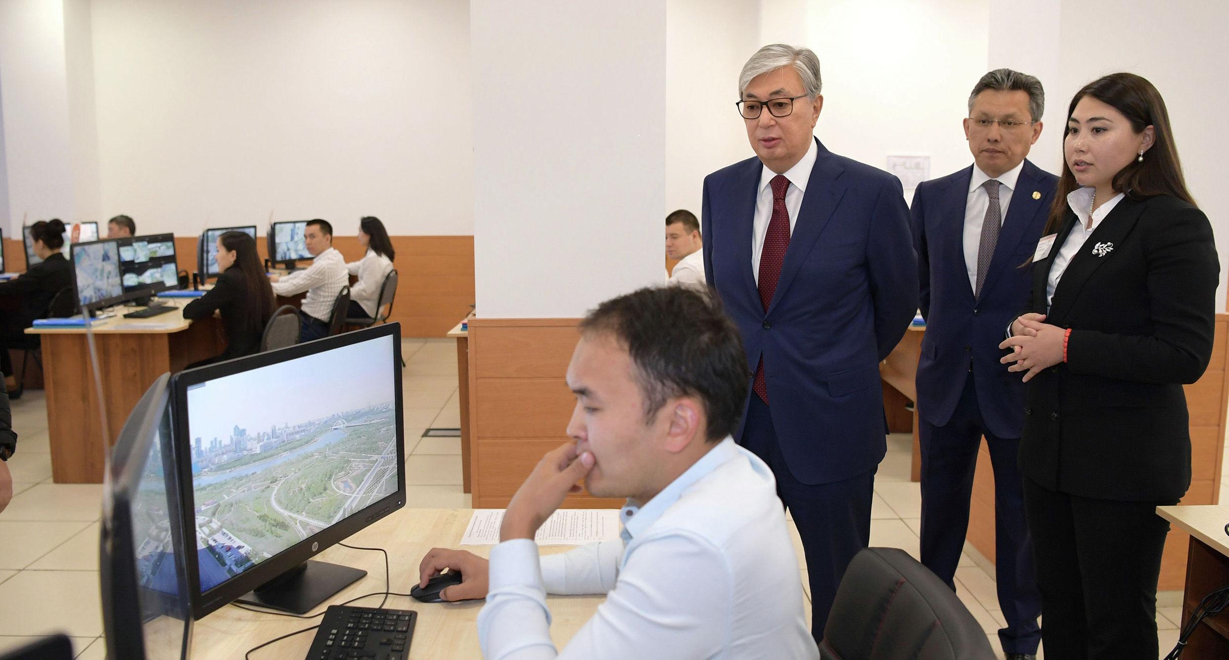 Президент Казахстана Касым-Жомарт Токаев ознакомился с работой столичного центра мониторинга и оперативного реагирования IKomek109