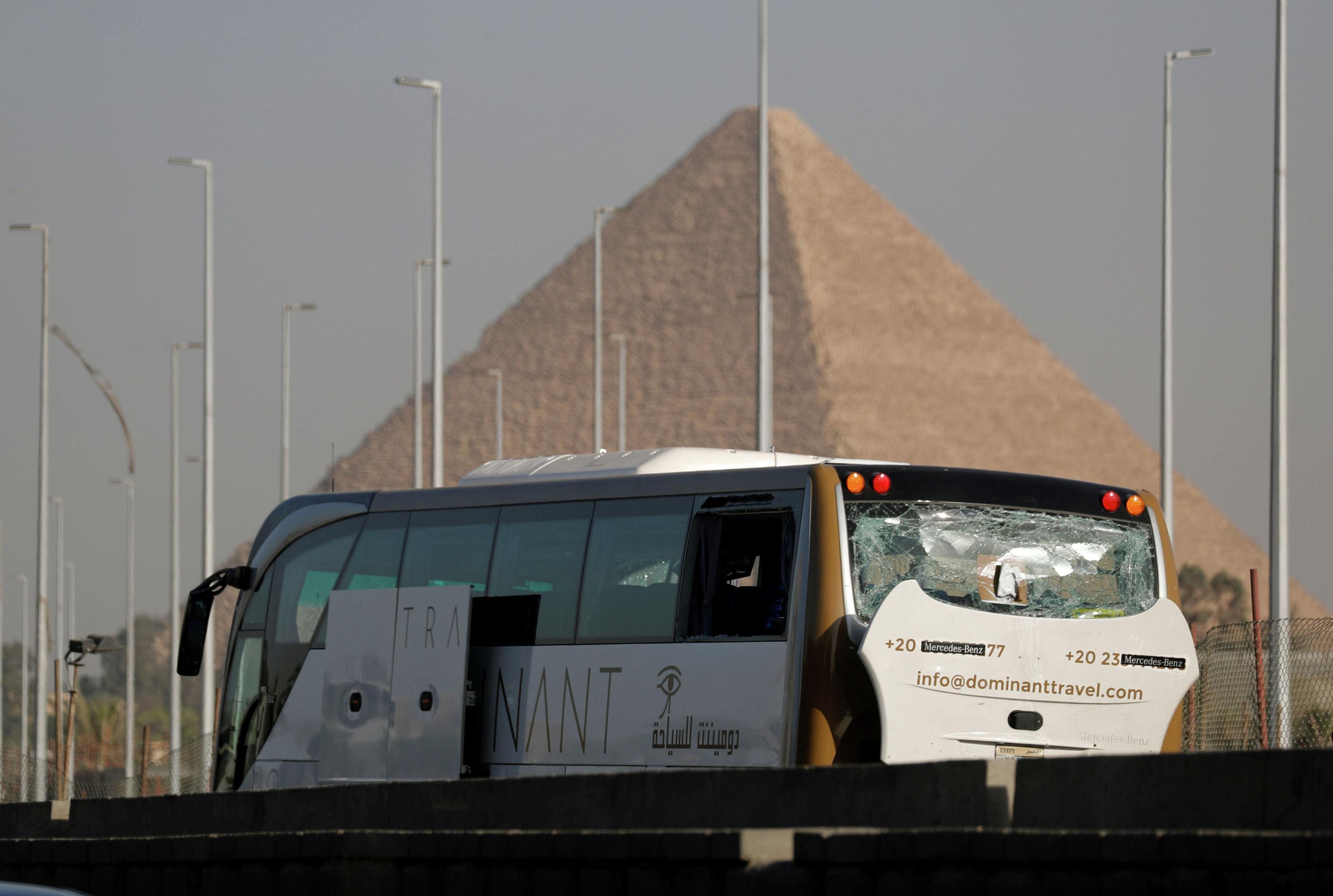 Поврежденный от взрыва автобус вблизи пирамид в Гизе, Египет