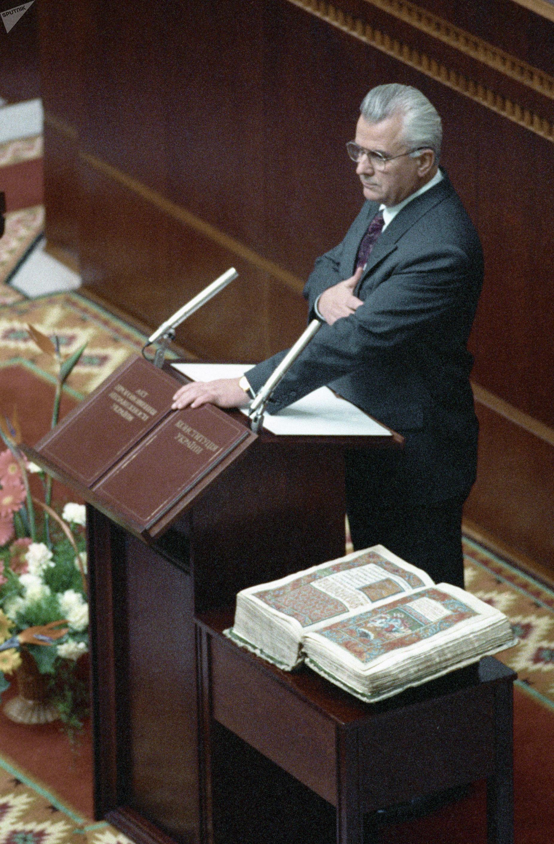 Леонид Кравчук принимает присягу в Украинском парламенте после избрания его президентом Украины, 1991 год