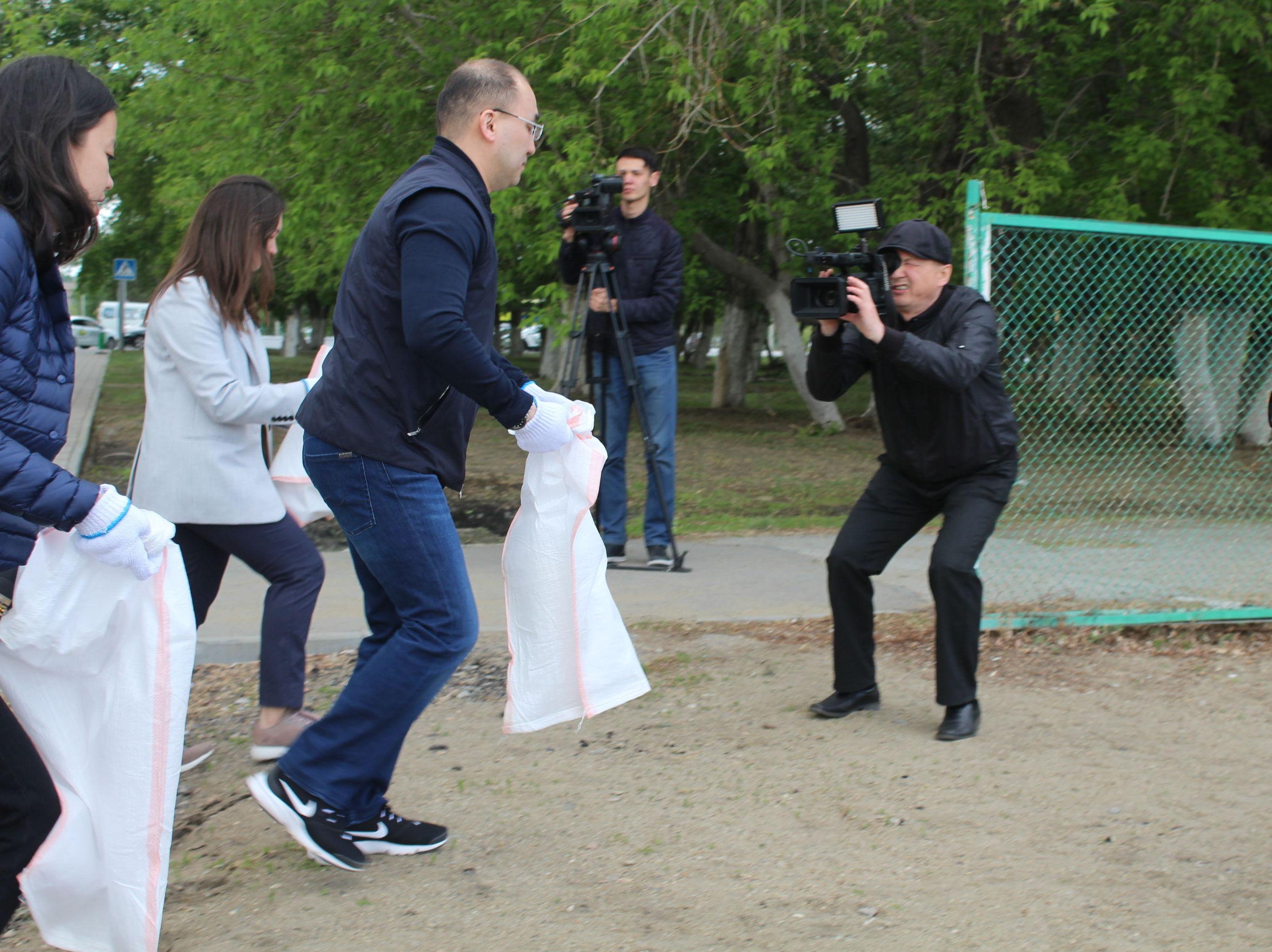 Министр Даурен Абаев вышел на уборку набережной Тобола