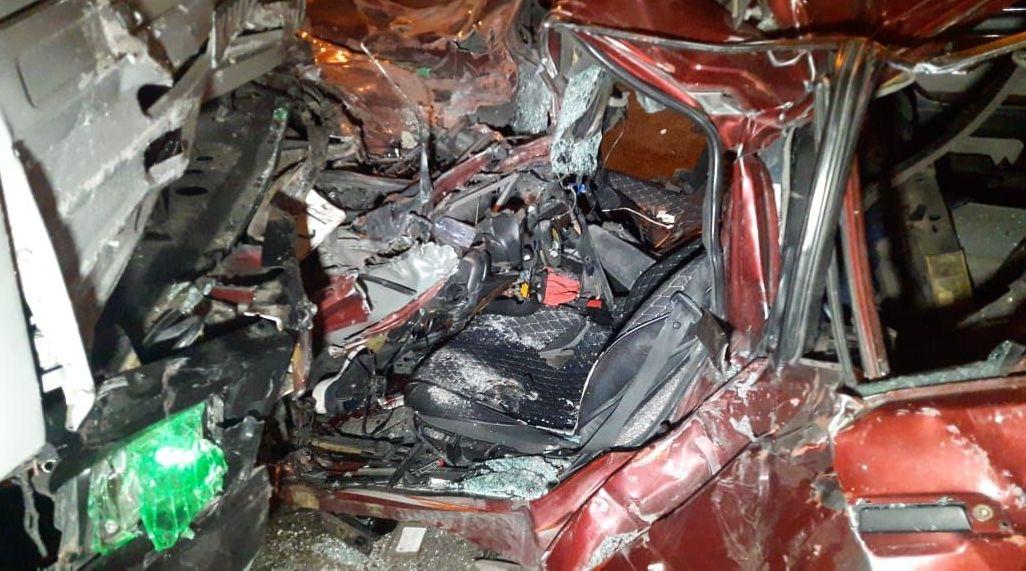 BMW врезался в КамАЗ: водителя пришлось доставать спасателям