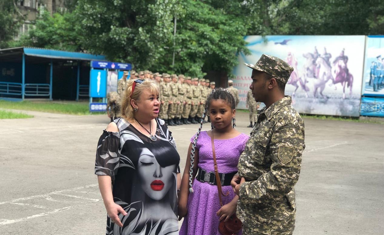 Галина Мкпо-Семенова провожает сына Майкла в армию