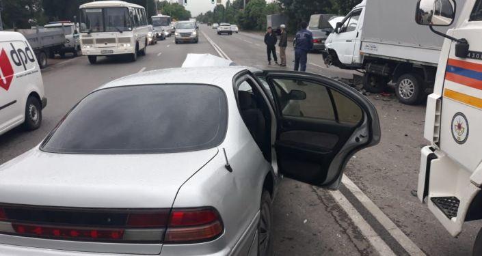 Последствия столкновения автомашин Nissan и Газель на улице Лавренева в Алматы
