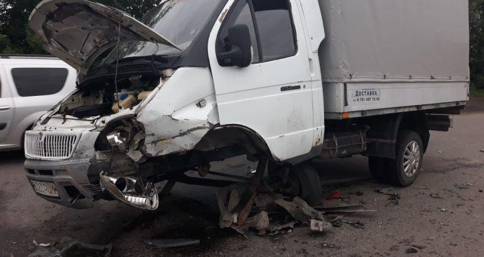 У грузовой Газели от удара вырвало передний мост