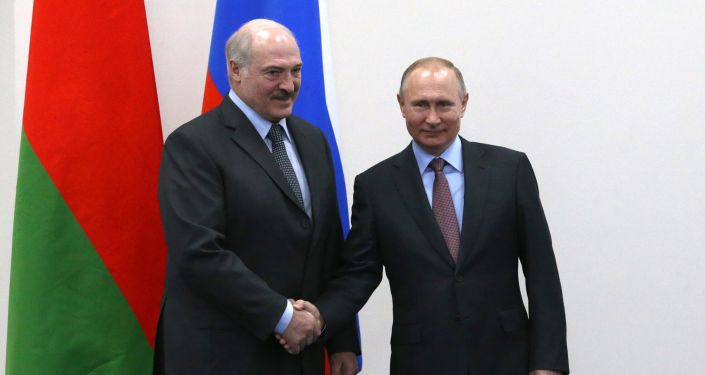 Президент РФ Владимир Путин и президент Белоруссии Александр Лукашенко (слева) во время встречи, архивное фото