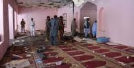 Официальные лица Пакистана осматривают мечеть после взрыва бомбы в Кветте, Пакистан, в пятницу, 24 мая 2019 года