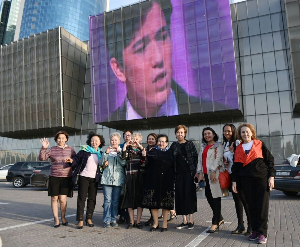 Фанаты певца Димаша Кудайбергена у здания КазМедиаЦентра