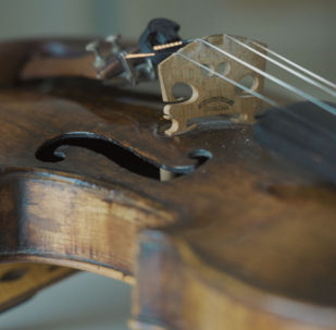 Қазақстандық музыкант үш ғасырлық тарихы бар скрипкада ойнайды