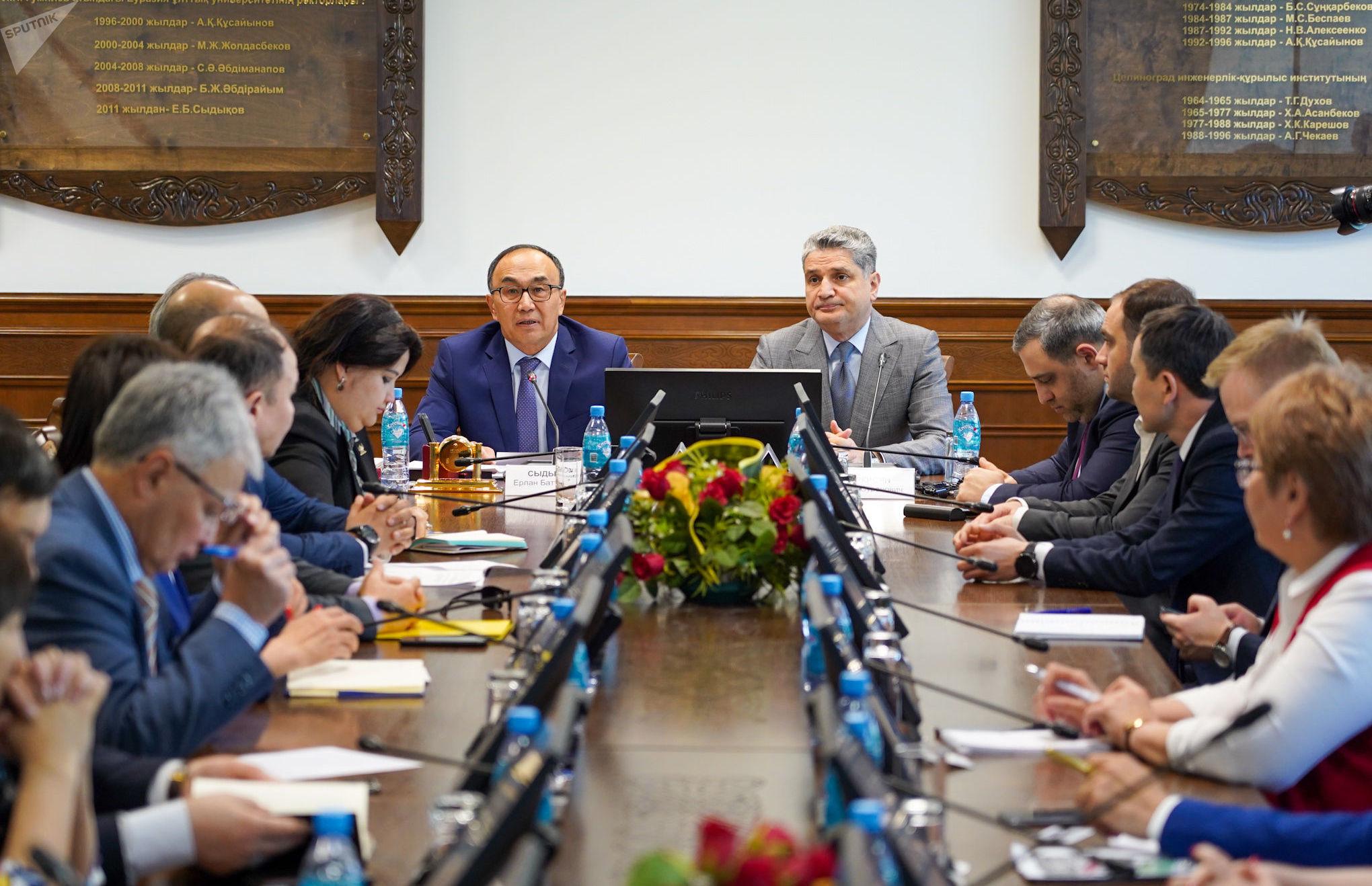 Председатель Коллегии Евразийской экономической комиссии Тигран Саркисян и ректор ЕНУ имени Л.Гумилева Ерлан Сыдыков (слева)