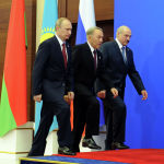 (Слева направо) Президент России Владимир Путин, президент Казахстана Нурсултан Назарбаев и президент Беларуси Александр Лукашенко прибыли на встречу в Астану 29 мая 2014 года.