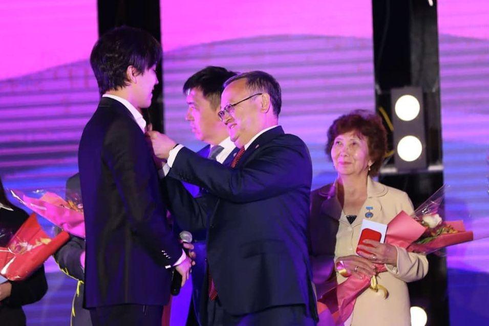 Димаш Кудайберген получил медаль в честь 150 летия города Актобе