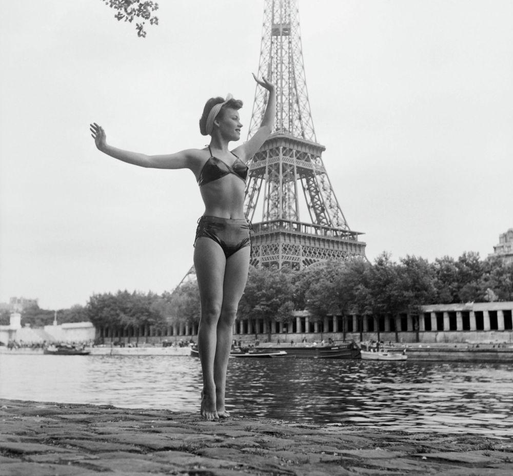 ccd94a616d2b4 ... Женщина в купальнике позирует перед Эйфелевой башней,1949 год ...