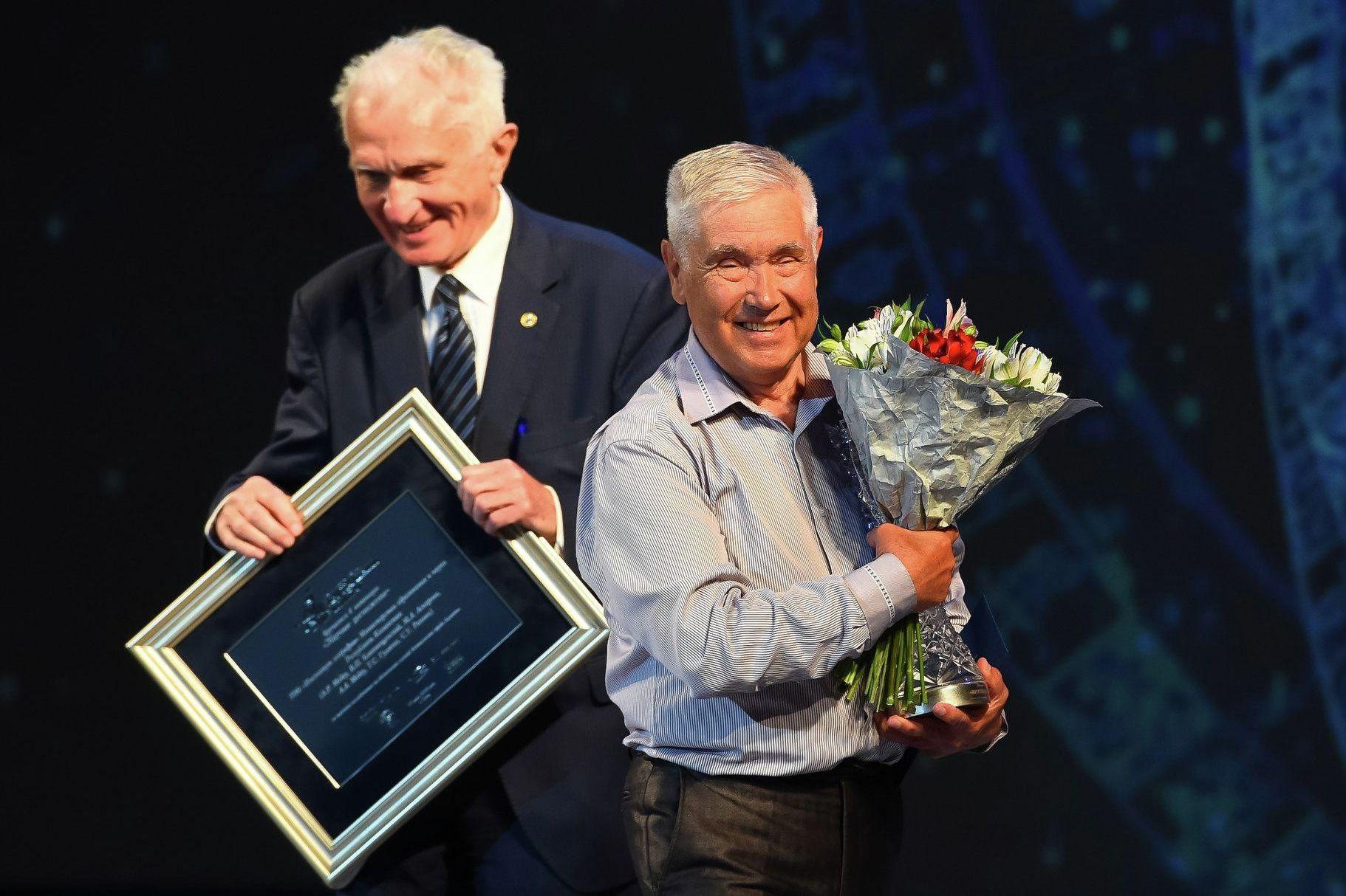 Академик Владимир Котляков вручает премию Хрустальный компас Виктору Благовещенскому