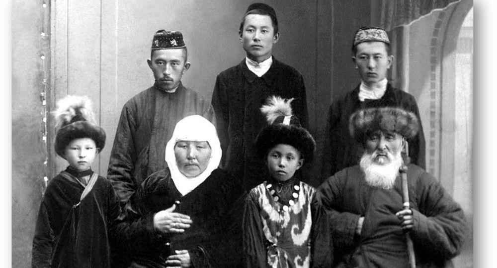 Қошкенің әкесі Дүйсебай қажы, анасы Жәмила Қартабайқызы бала-шағасы, туыстарымен, Омбы қ., шамамен 1910 жыл