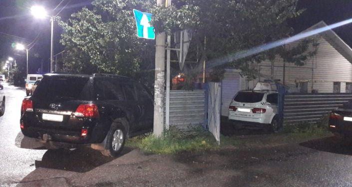 Такси автокөлігі Бөкейханов-Трудовой көшелерінің қиылысында тұрғын үйдің шарбағына соғылды