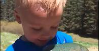 Мальчик с пойманной рыбой