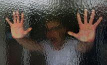 Руки мужчины на стекле, иллюстративное фото