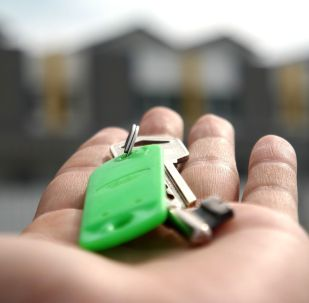 Ключи в руках, иллюстративное фото
