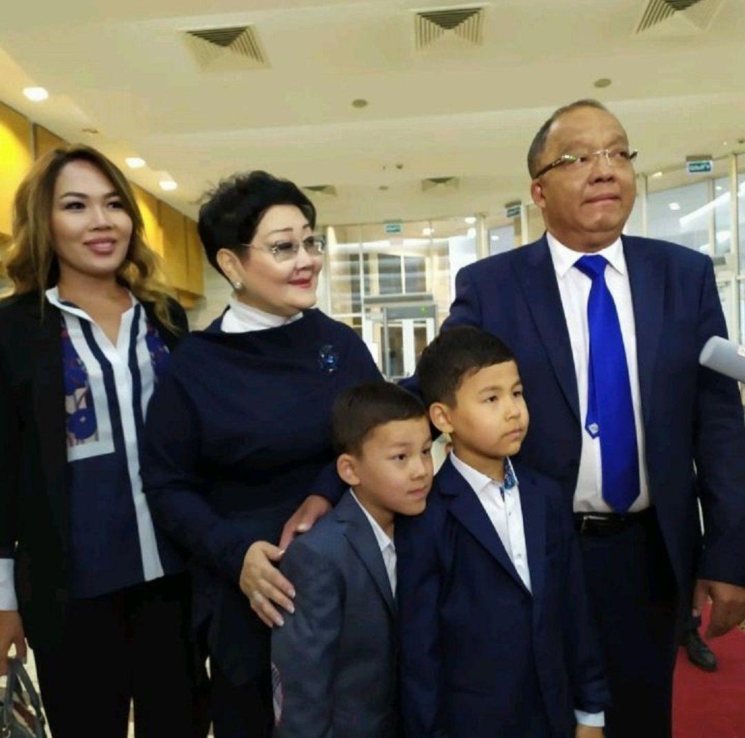 Кандидат Толеутай Рахимбеков с семьей
