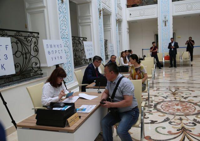Избиратели в посольстве Казахстана в России