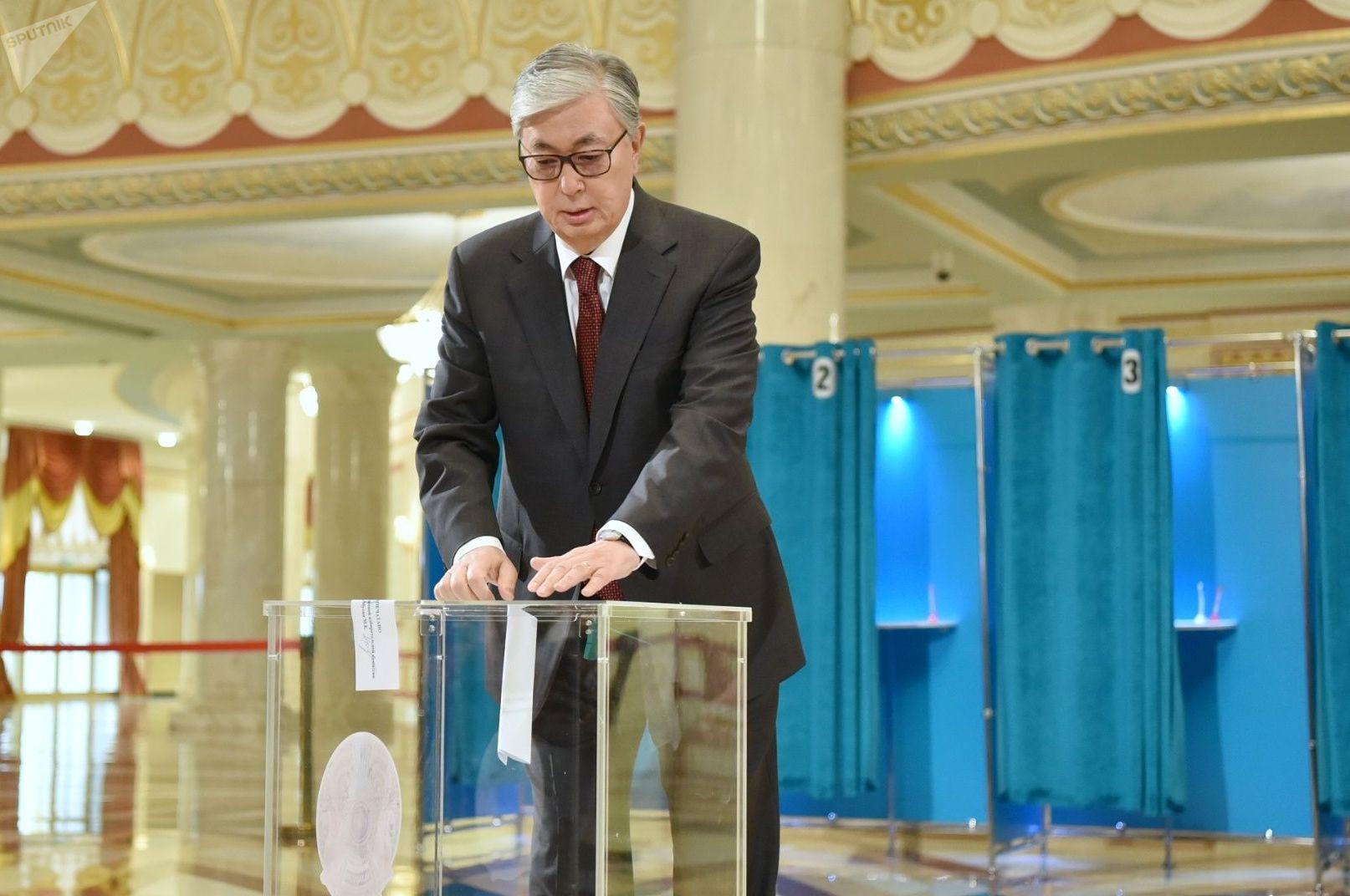 Касым-Жомарт Токаев на избирательном участке в день внеочередных выборов в Республике Казахстан