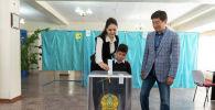 Алматы әкімі Бауыржан Байбек сайлау учаскесіне әйелі мен ұлымен бірге келді